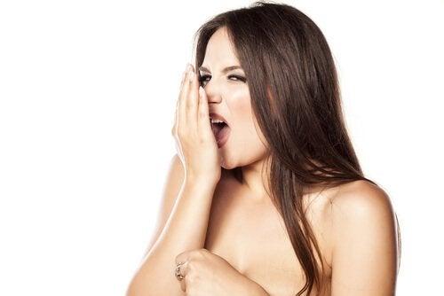 Ποια σημάδια στο στόμα είναι ένδειξη ασθένειας; Δυσάρεστη αναπνοη