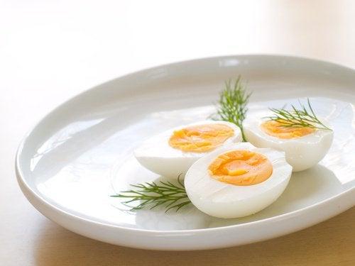 Αβγά βραστά σε πιάτο