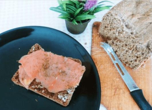 τρώγοντας ψωμί με σολομο