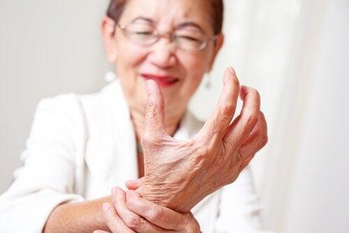 Νυχτερινός πόνος στις αρθρώσεις - Γυναίκα με πόνο στις αρθρώσεις