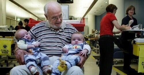 Ένας άντρας σώζει εκατομμύρια μωρά με το αίμα του