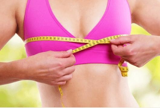 Σύσφιξη στήθους - Γυναίκα μετρά το στήθος της