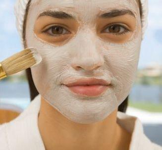 Διευρυμένοι πόροι - Γυναίκα εφαρμόζει μάσκα προσώπου