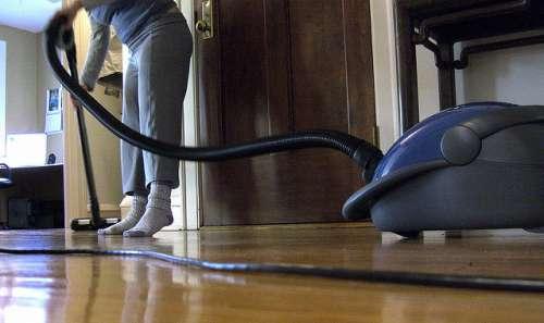 Σπρέι για τα ακάρεα - Γυναίκα καθαρίζει με ηλεκτρική σκούπα