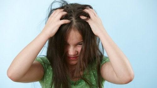 Παιδικά μαλλιά - Παιδί που ξύνει το κεφάλι του