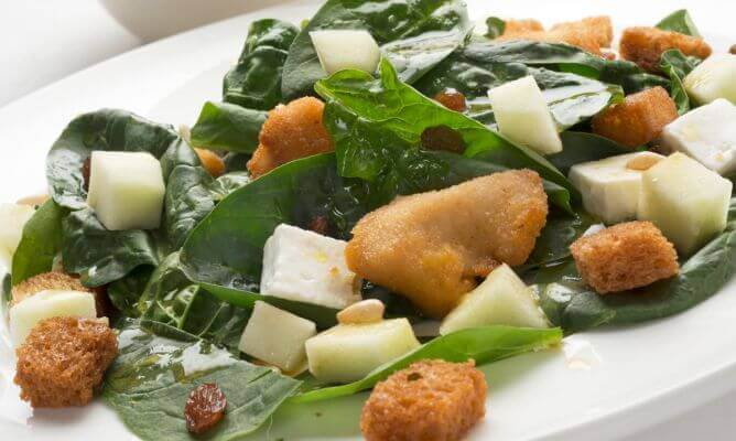 Τροφές πλούσιες σε σίδηρο - Πιάτο με λαχανικά, τυριά και ξηρούς καρπούς
