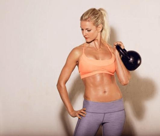 Γυναίκα κάνει γυμναστική με αλτήρα