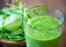 Χυμοί που καταπολεμούν τον καρκίνο - Πράσινος χυμός σε ποτήρι