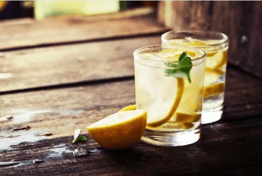 Τα οφέλη του χυμού λεμόνι με ζεστό νερό