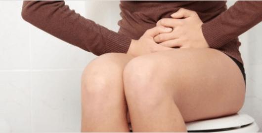 Κατανάλωση νερού με άδειο στομάχι - Γυναίκα στην τουαλέτα