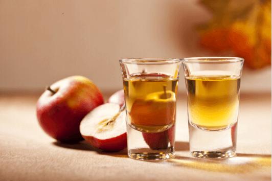 Το μηλόξυδο είναι εξαιρετικό - Δύο ποτήρια με μηλόξυδο