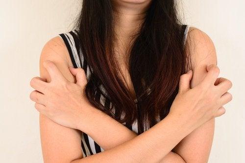 Πώς να εξαφανίσετε τα σπυράκια - Γυναίκα με σπυράκια στα χέρια