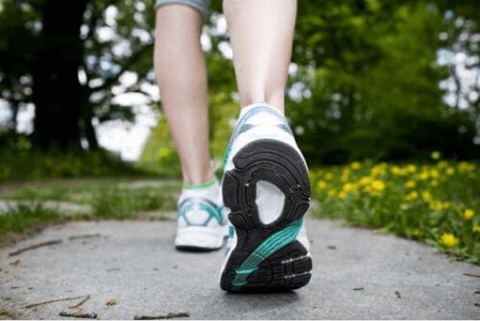 Γιατί μυρμηγκιάζουν τα χέρια και τα πόδια - Άτομο με αθλητικά παπούτσια