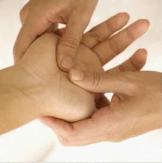 Γιατί μυρμηγκιάζουν τα πόδια και τα χέρια - Μασάζ σε χέρι