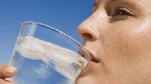 υψηλά επίπεδα του ουρικού οξέος με νερο