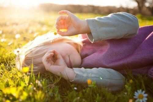 κορίτσι στον ήλιο, μαργαρίτες, εκπαιδεύσετε συναισθηματικά τα παιδιά σας