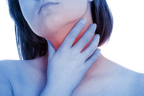 Πρησμένες αμυγδαλές- Γυναίκα νιώθει τους αδένες του λαιμού της