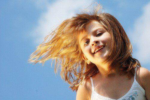 χαρούμενο παιδί, εκπαιδεύσετε συναισθηματικά τα παιδιά σας