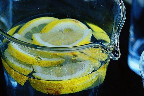 Πρησμένες αμυγδαλές - Κανάτα με νερό και λεμόνι