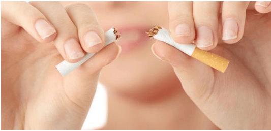 Αναζωογονήστε το δέρμα σας - Γυναίκα κόβει τσιγάρο στα δύο