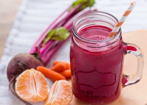 Παντζάρι και καρότο - Smoothie σε ποτήρι και διάφορα φρούτα