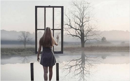 Γυναίκα αγγίζει ένα παράθυρο