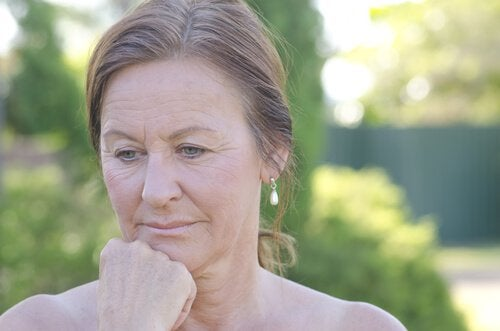 Γυναίκα δείχνει σκεπτική