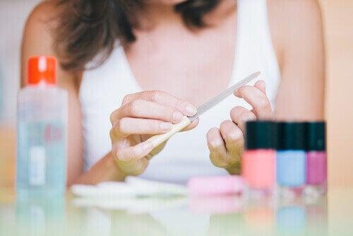 Γυναίκα λιμάρει τα νύχια της