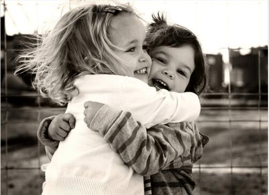 Πρέπει να αγκαλιάζεστε - Παιδιά αγκαλιάζονται