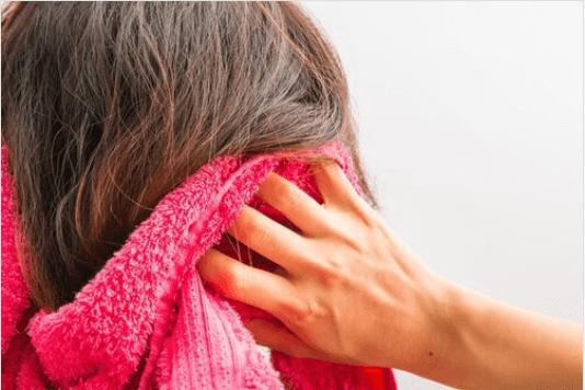 Πώς να καταπολεμήσετε την τριχόπτωση - Άτομο σκουπίζει τα μαλλιά του