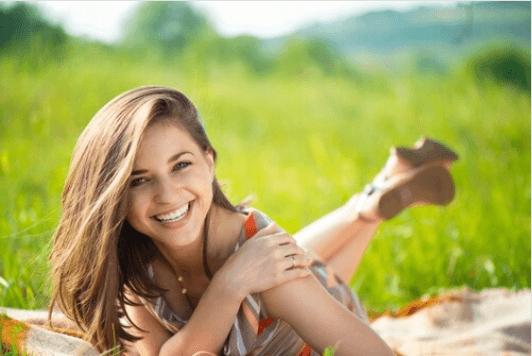 Πρέπει να αγκαλιάζεστε - Γυναίκα χαμογελά στην εξοχή