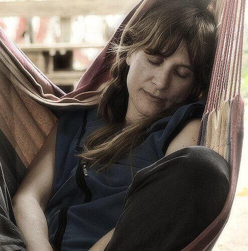 Γυναίκα κοιμάται σε αιώρα