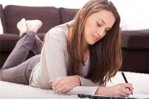 Πώς να αποτοξινώσετε το μυαλό και το σώμα - Γυναίκα γράφει σε τετράδιο