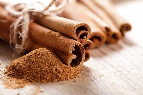 Έγχυμα για να κάψετε λίπος και να μειώσετε το φούσκωμα - Κανέλα σε σκόνη και σε ξυλάκια