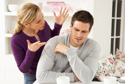 Σημάδια μιας δυστυχισμένης σχέσης - Γυναίκα φωνάζει στον άνδρα της
