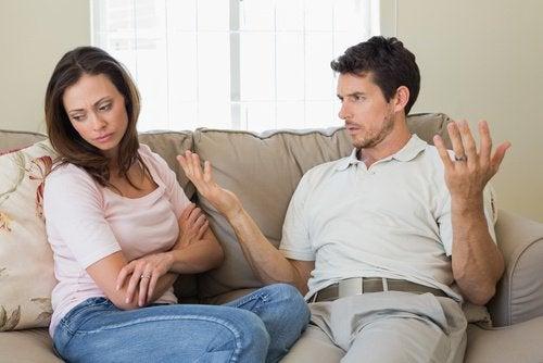 Σημάδια μιας δυστυχισμένης σχέσης - Άνδρας δυσανασχετεί με τη γυναίκα του