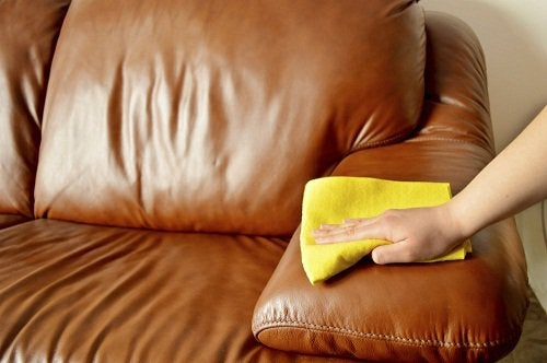 σπιτικό καθαριστικό προϊόν για τον δερμάτινο καναπέ