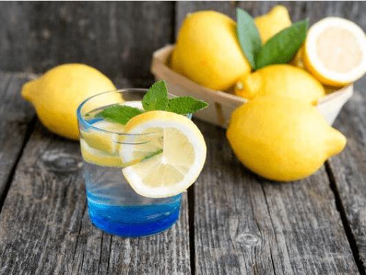 Λεμόνια και νερό με λεμόνι σε ποτήρι