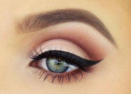 Εκφραστική εμφάνιση - Γυναίκα με μακιγιάζ γατίσιο μάτι