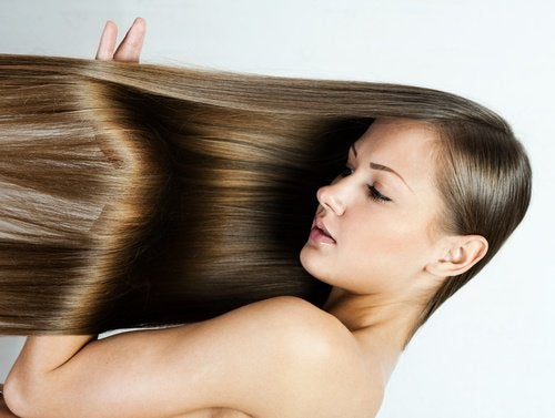 ισιώσετε φυσικά τα μαλλιά - γυναικα με μακρια μαλλια