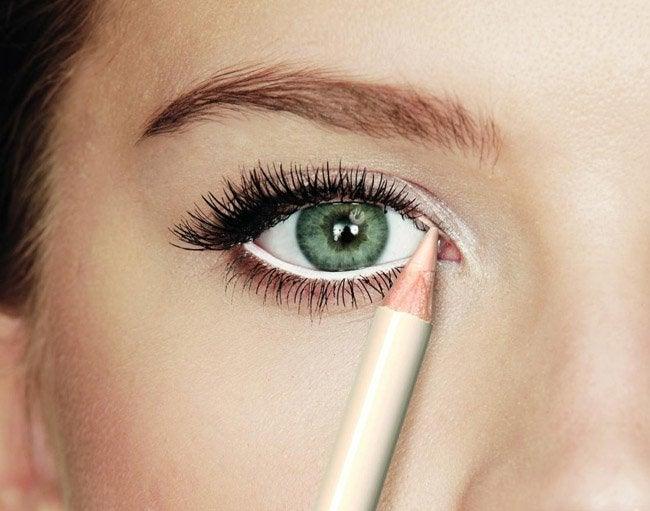 Εκφραστική εμφάνιση - Γυναίκα εφαρμόζει λευκό μολύβι στα μάτια