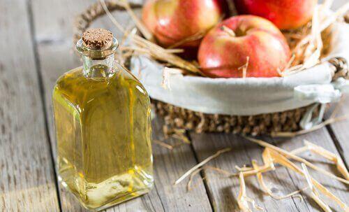 Θεραπείες για την ονυχομυκητίαση - Ξύδι σε μπουκάλι και μήλα σε καλάθι