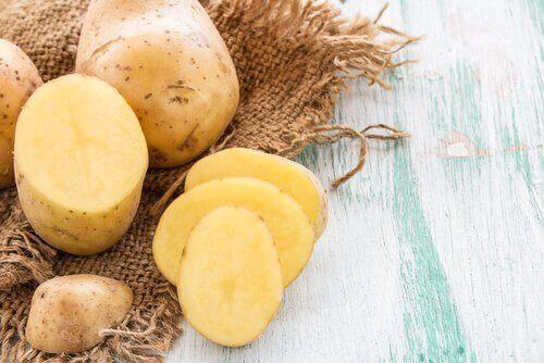 Νερό από φλούδες πατάτας για να δυναμώσετε τα μαλλιά σας