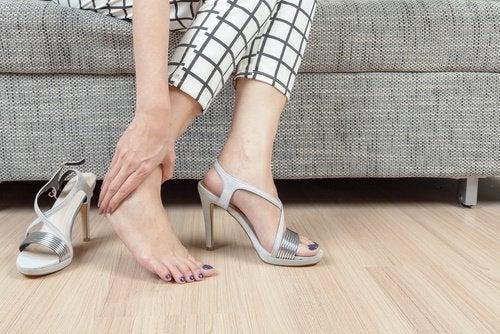Θεραπεία των ποδιών - Γυναίκα τρίβει το πόδι της