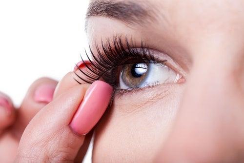 Εκφραστική εμφάνιση - Γυναίκα βάζει ψεύτικες βλεφαρίδες