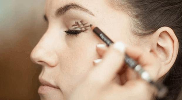 Εκφραστική εμφάνιση - Γυναίκα βάφει τα μάτια της