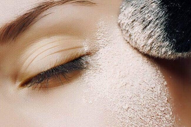 Εκφραστική εμφάνιση - Γυναίκα βάζει πούδρα