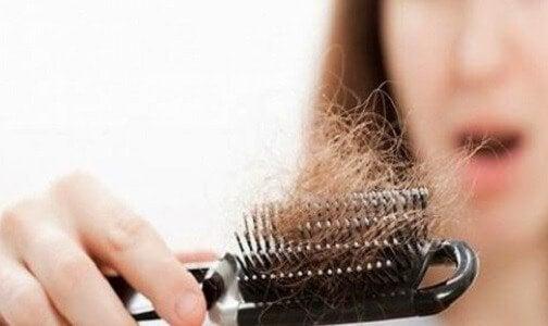 Προβλήματα με τον θυρεοειδή - Πολλά μαλλιά σε βούρτσα