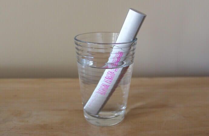 Εκφραστική εμφάνιση - Μάσκαρα σε ποτήρι με νερό