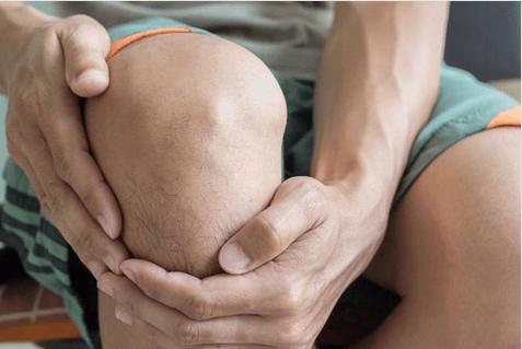 Οφέλη του κρύου ντους - Άνδρας πιάνει το γόνατό του